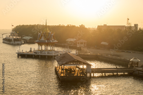 Foto BOATS MOORED AT HARBOR AGAINST CLEAR SKY DURING SUNSET