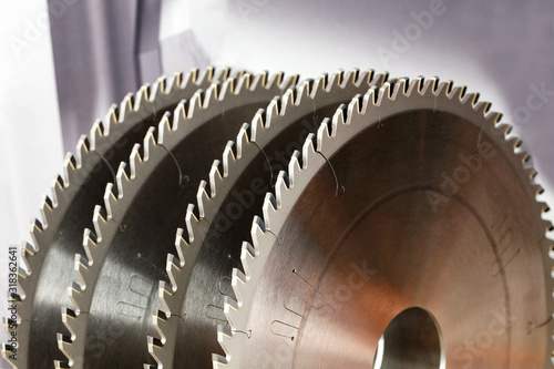 Papel de parede Carbide tipped saw blades for cutting hard wood.