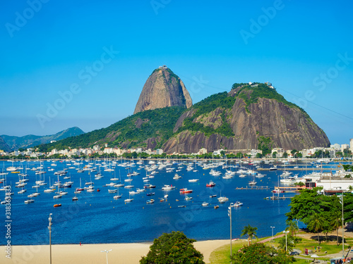 Photo The mountain Sugarloaf and Botafogo beach in Rio de Janeiro, Brazil