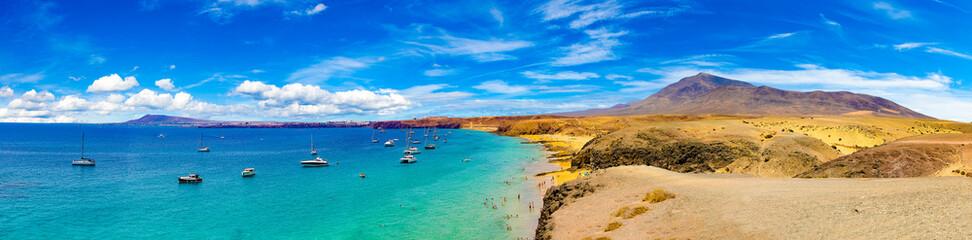 Španjolske plaže i obala. Španjolski pogled na slikoviti krajolik u Papagayo, Playa Blanca Lanzarote, Tropskim vulkanskim Kanarskim otocima Španjolska