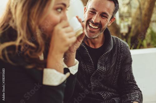 Carta da parati Happy couple sitting at coffee shop
