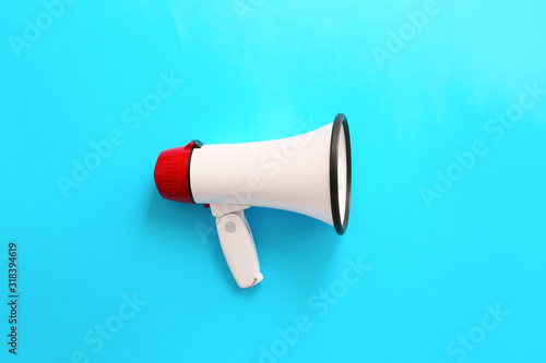 Photo Modern megaphone on color background