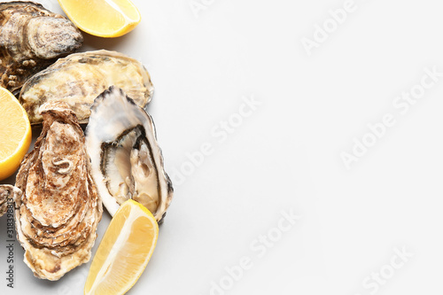 Photo Tasty oysters with lemon on white background