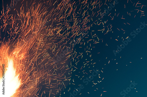 Photo CLOSE-UP OF sparks AT NIGHT