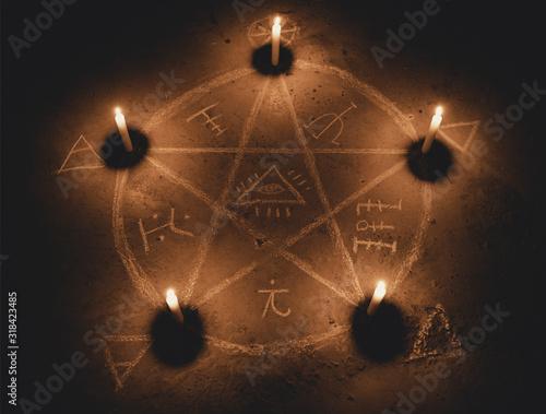 Photo White pentagram symbol on concrete ground