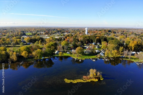 Valokuva The aerial view of the waterfront residential area by Oneida Lake with stunning fall foliage near Syracuse, New York, U