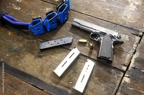 Photographie High Angle View Of Handguns On Wooden Table