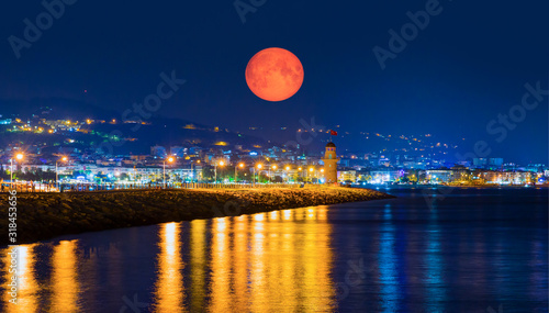 Photo Lighthouse in the port of Alanya with full moon at twilight blue hour - Alanya,