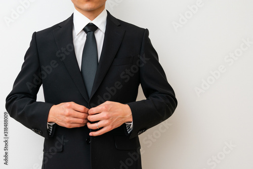 Photo 喪服を着る男性
