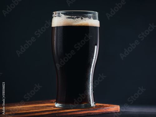 Fotografia Glass of dark Russian craft beer porter or stout on a dark background