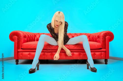 Una ragazza con le gambe lunghe e lunghi capelli biondi indossa calze blu seduto Canvas-taulu