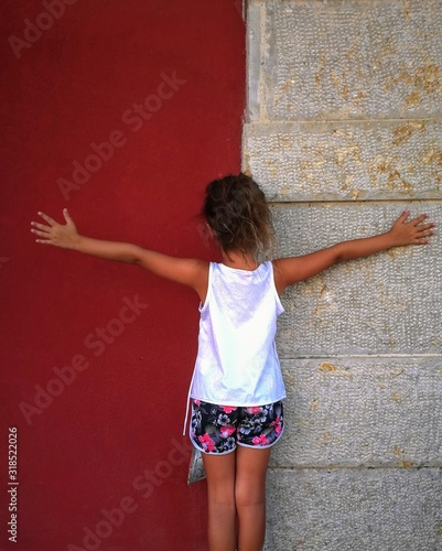 Photo Rear View Of Girl Standing Against Wall