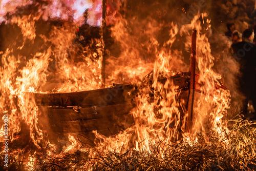 Photo barque en flamme
