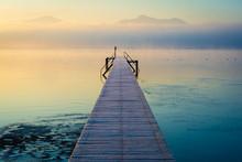 Steg Am See Und Berge Im Nebel...