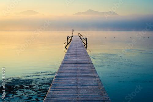 Photo Steg am See und Berge im Nebel - Sonnenaufgang am Chiemsee