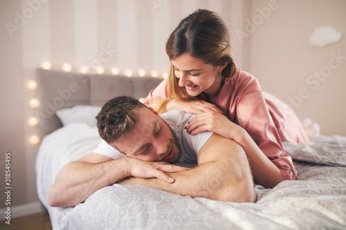 Fotomural Couple lie together in bed.