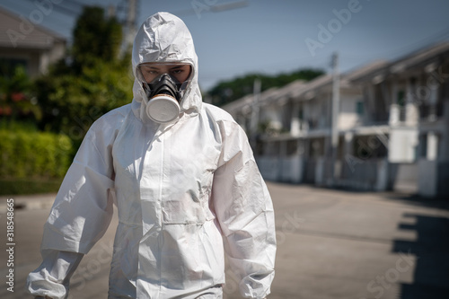 Fotografía Woman wearing gloves with biohazard chemical protective suit and mask