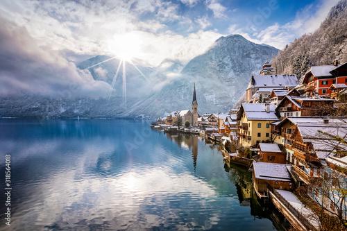 Cuadros en Lienzo Das Dorf Hallstatt in den Österreichischen Alpen am Morgen mit Sonnenschein und