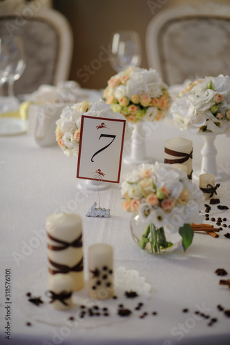 Photo Beautiful flowers on table in wedding day