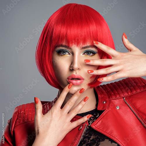 Fotografia Beautiful woman with bright red nails