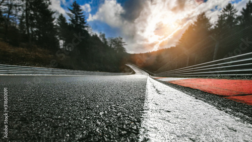 Fototapeta Rennstrecke bei Tag nach Regen obraz
