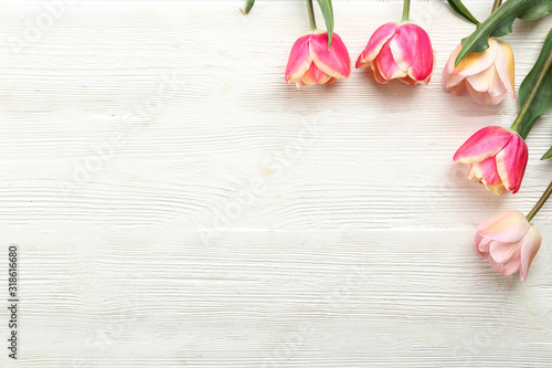 Photo Bunch of spring flowers on textured table backgound with a lot of copy space for text