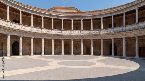 Foto Alhambra, Colonnades of the Museum of Fine Arts of Granada, spain