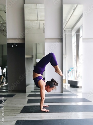 Tablou Canvas Full Length Of Woman Exercising In Gym