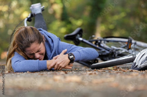 Photo woman with injured wrist after bicycle accident