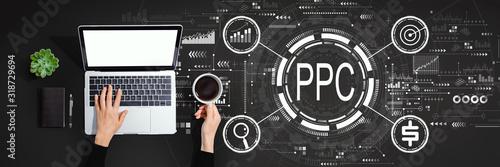 PPC - koncepcja płatności za kliknięcie z osobą korzystającą z laptopa