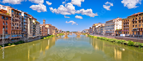 Photo Ponte Vecchio bridge and Florence waterfront panoramic view