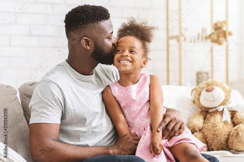 Fotomural Loving black dad kissing his happy little daughter