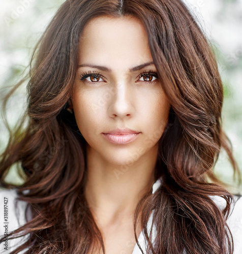 Fotografía Beautiful brown hair girl face with perfect skin close up
