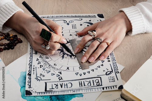 Photo Cropped view of astrologer drawing birth chart with watercolor drawing on table