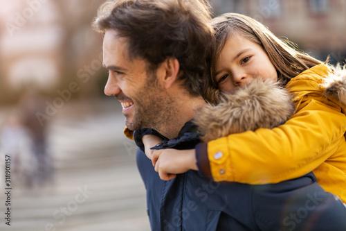 Tata i synek przytulanie na zewnątrz