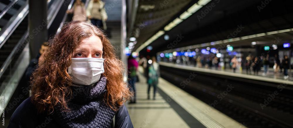 Fototapeta woman wearing surgical mask in crowd coronavirus