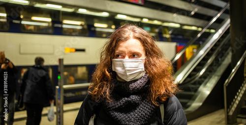 woman wearing surgical mask in crowd coronavirus Lerretsbilde