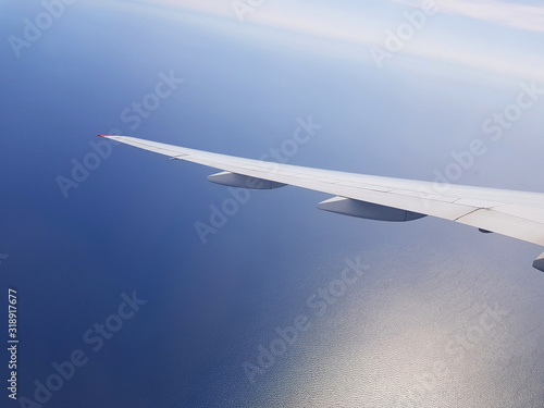 Obraz na plátně Urlaub: Flugzeug über dem Meer