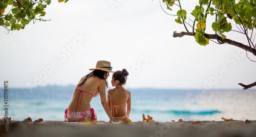 木陰に座って海を見る母と娘 Wallpaper Mural
