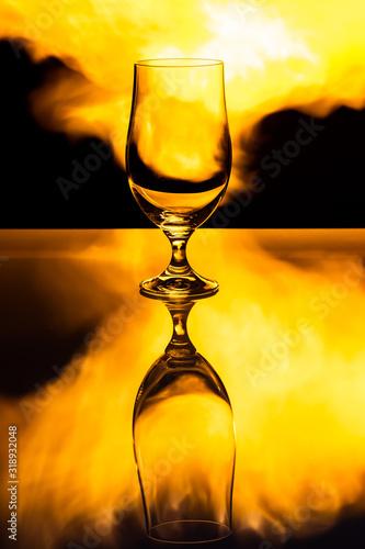 Fototapeta Pusty kufel do piwa na tle płomieni ognia, efekt odbicia obraz na płótnie