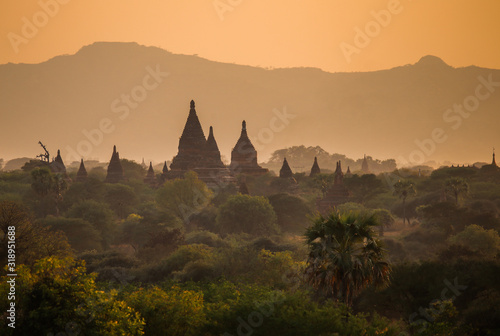 Photo Beautiful sunset over the vaults of ancient pagodas in the Bagan Valley, Myanmar