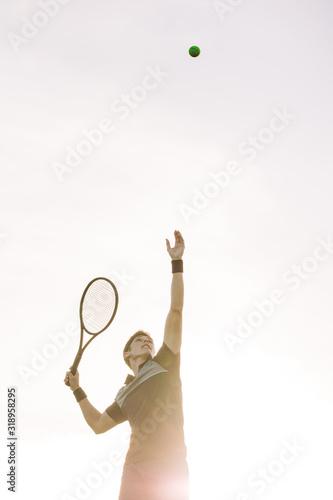Fotografia Tennis player serving a ball