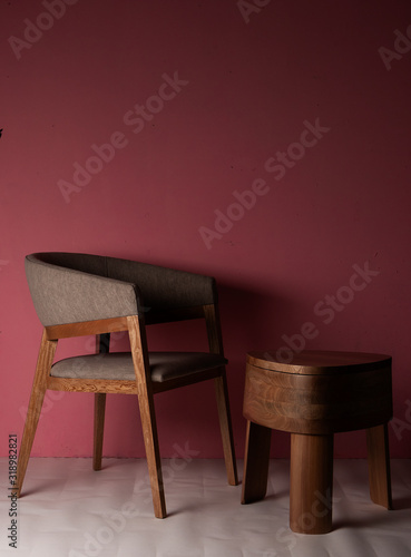 Photo Silla de madera de lujo con mesa de madera pulida con tres patas en un espacio c