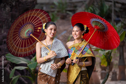 Foto Beautiful woman dressed in traditional thai clothes,Asian woman wearing traditional Thai culture,Thai Woman in Traditional Costume of Thailand