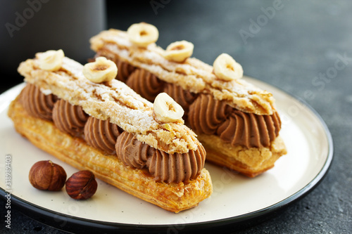 Fotografia Homemade eclair with chocolate and nuts. Pastry.