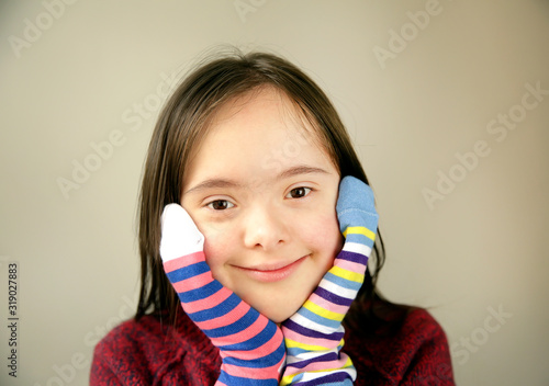 Fotografia Beautiful girl smiling with different socks