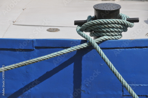 Canvastavla Close-Up Of Rope Tied To Cleat On Boat