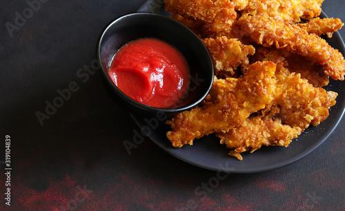 Obraz na plátne Vista dall'alto del piatto con bocconcini di pollo con ketchup.