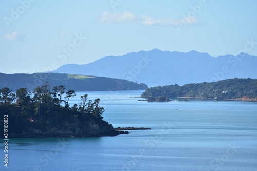 Fotografía Bays and peninsulas of Mahurangi Harbour with hilly landmass in background on very calm day