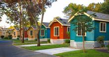Mehrfarbige Strandhäuser In Einer Reihe